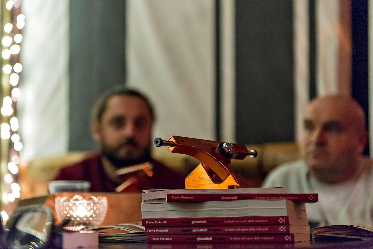 Foto della presentazione del libro Stupidi Giocattoli di Legno nel locale Surfer's Dan di Milano