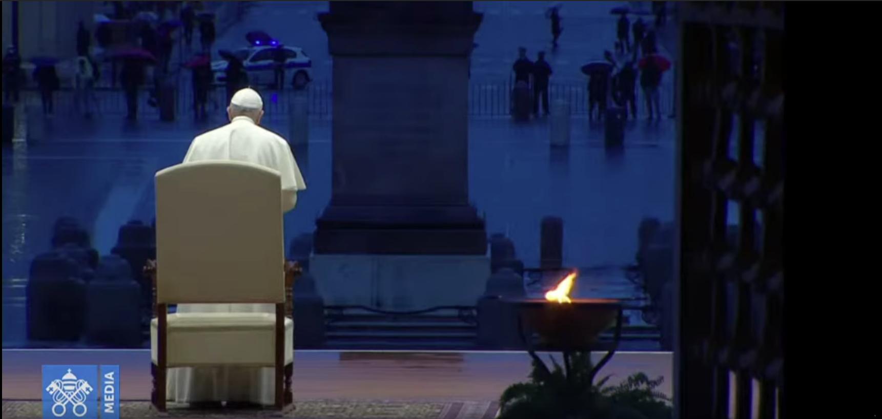 La foto raffigura un frame del video dell'indulgenza plenaria concessa da Papa Francesco. Vi si vede il Papa, ripreso di spalle, davanti allo sfondo della piazza. La scena è alterata dalla prospettiva