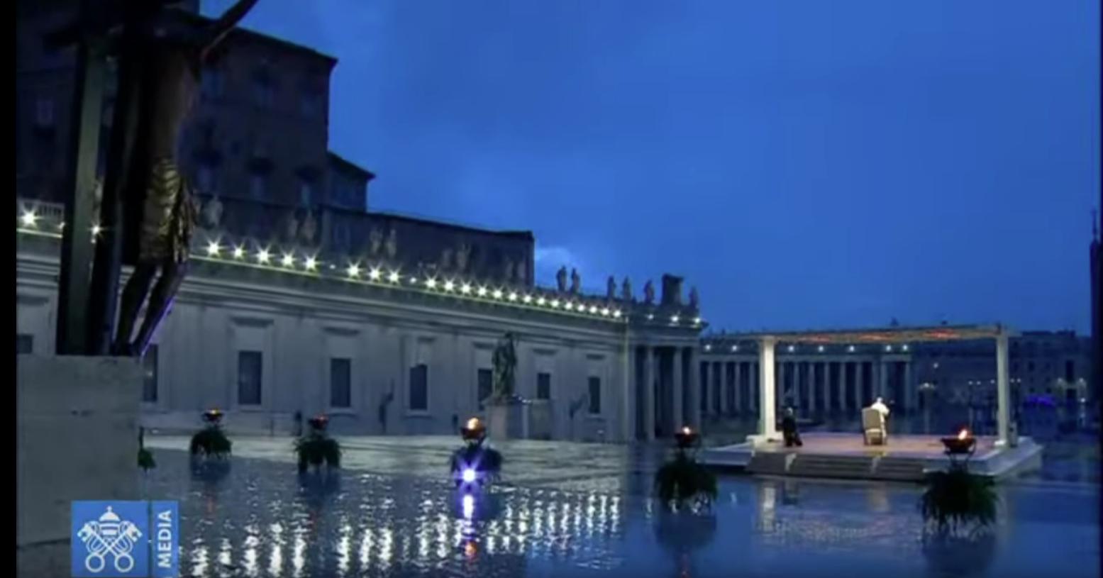 La foto raffigura un frame del video dell'indulgenza plenaria concessa da Papa Francesco. Vi si vede un campo lungo della piazza, che raffigura il crocifisso e il Papa sotto al baldacchino. Il papa si trova lungo la traiettoria della diagonale che si prolunga dal volto del Cristo.